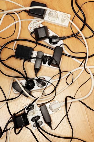 Kabelsalat mehrere Elektrizität viele Europäer Verbindung Etage verbinden elektrisch Objektfotografie Problematik Elektronik Konsum Stromtransport