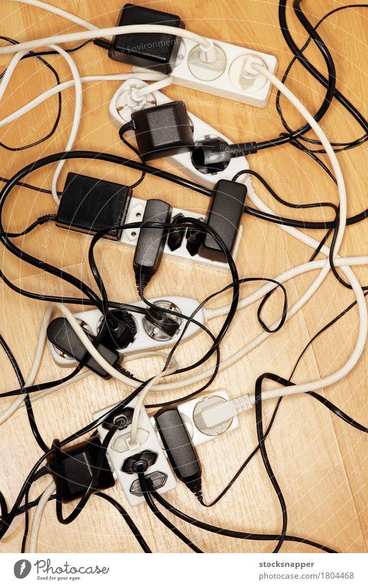 Kabelsalat zu viele Wirrwarr verwickelt elektrisch Elektrizität Verlängerungskabel Schnüre Kraft Stromtransport Menschenleer Etage Problematik Konsum