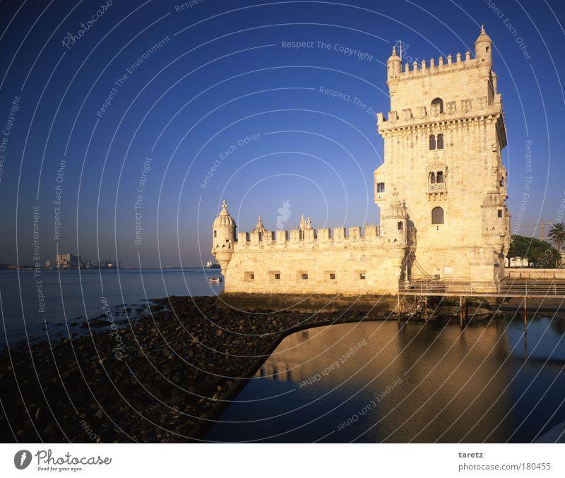 Turm im Spiegel Wasser Wolkenloser Himmel Fluss Tejo Lissabon Portugal Hauptstadt Hafenstadt Menschenleer Bauwerk Leuchtturm Fassade Sehenswürdigkeit