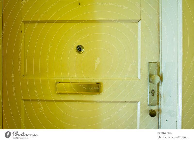 Wohnungsstür Tür Häusliches Leben Eingang Schloss Flur Textfreiraum Briefkasten Ausgang Mieter Nachbar Stadthaus Besucher Vermieter Beschläge Türspion