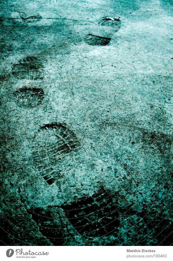 Schwergewicht Farbfoto wandern Wege & Pfade Schuhe Stein Beton gehen laufen dreckig grün Abdruck Erinnerung Reifenprofil unterwegs Spaziergang schwer schuprofil