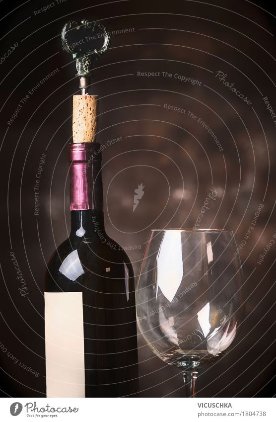 Weinflasche und Weinglas dunkel Foodfotografie Stil Party Design elegant Glas retro Getränk Veranstaltung Restaurant Bar altehrwürdig Flasche Alkohol