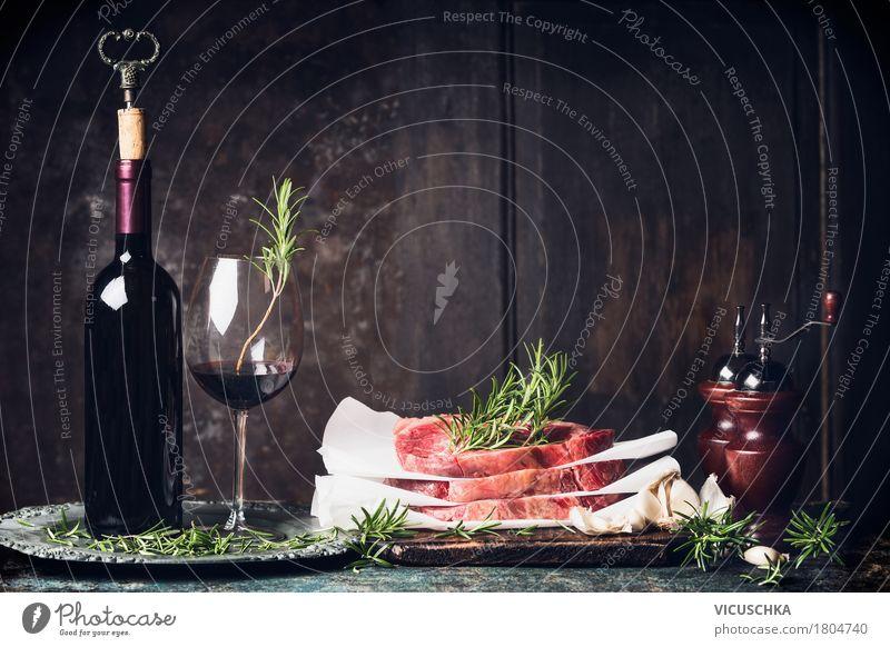 Steak Stapel auf Küchentisch mit Rotwein Lebensmittel Fleisch Kräuter & Gewürze Ernährung Abendessen Festessen Getränk Wein Geschirr Flasche Glas Stil Design