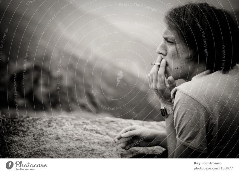 relax Mensch Jugendliche Erwachsene Berge u. Gebirge natürlich maskulin authentisch 18-30 Jahre T-Shirt Rauchen brünett Zigarette Uhr Armbanduhr