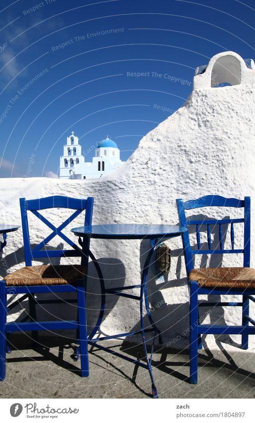 2 Ouzo, bitte Ferien & Urlaub & Reisen blau weiß Meer Haus Wand Mauer Fassade Kirche Tisch Insel Turm Stuhl Gastronomie Dorf Restaurant