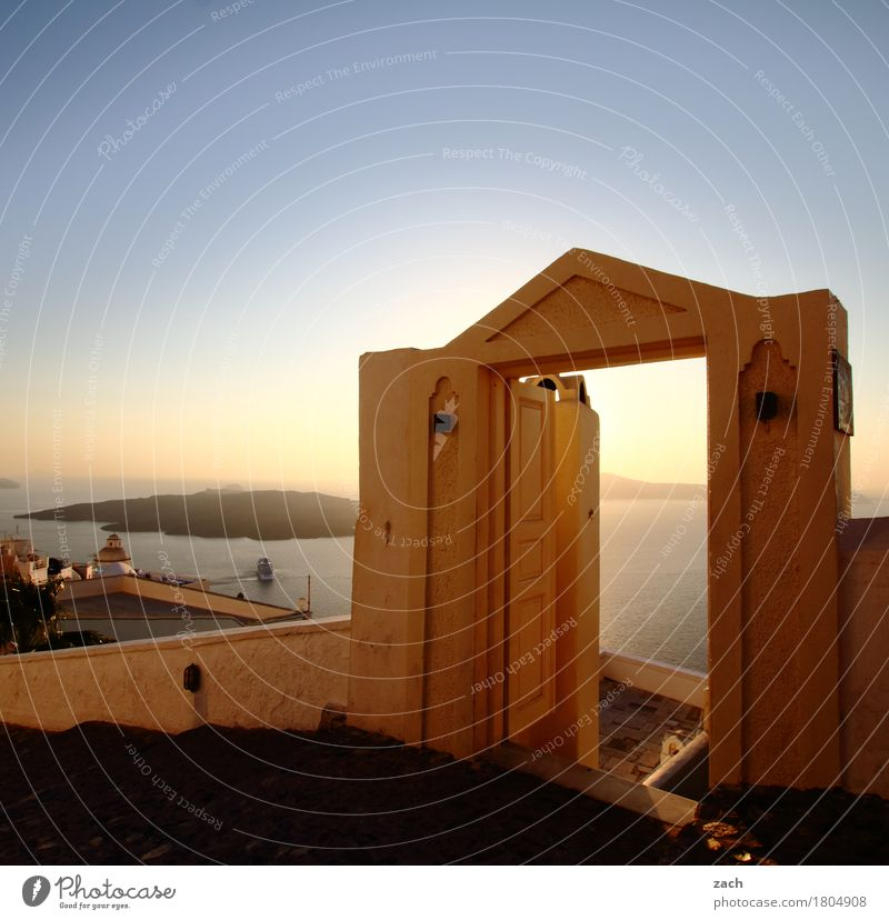 Herausspaziert! Himmel Schönes Wetter Meer Mittelmeer Ägäis Insel Kykladen Santorin Caldera Thira Griechenland Kleinstadt Stadtzentrum Altstadt Haus Tor Mauer
