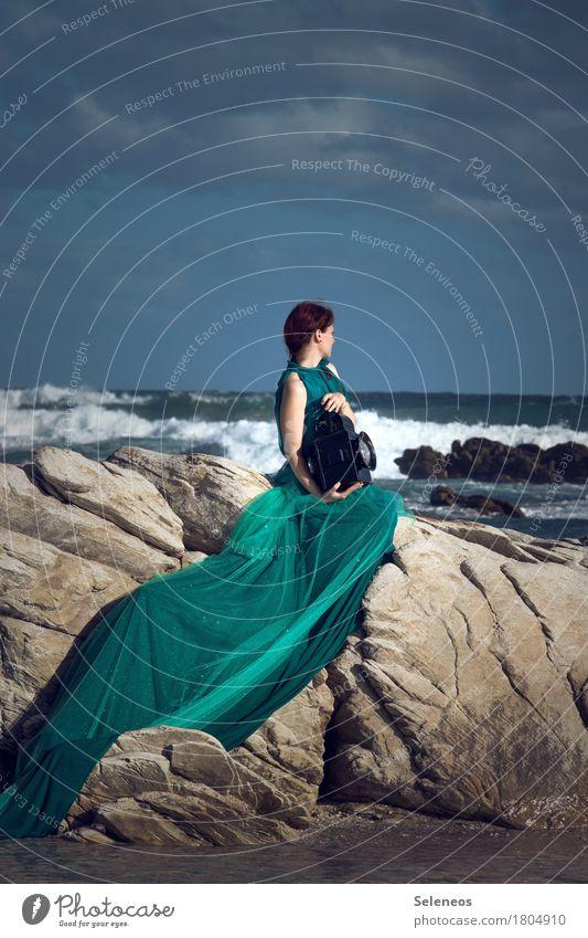 Fernweh Ausflug Abenteuer Ferne Freiheit Sommer Sommerurlaub Strand Meer Wellen Mensch feminin Frau Erwachsene 1 Umwelt Natur Wasser Himmel Wolken Horizont