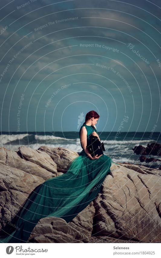 Being the sea harmonisch Zufriedenheit Sinnesorgane Erholung ruhig Abenteuer Ferne Mensch feminin Frau Erwachsene 1 Natur Himmel Wolken Horizont Felsen Wellen