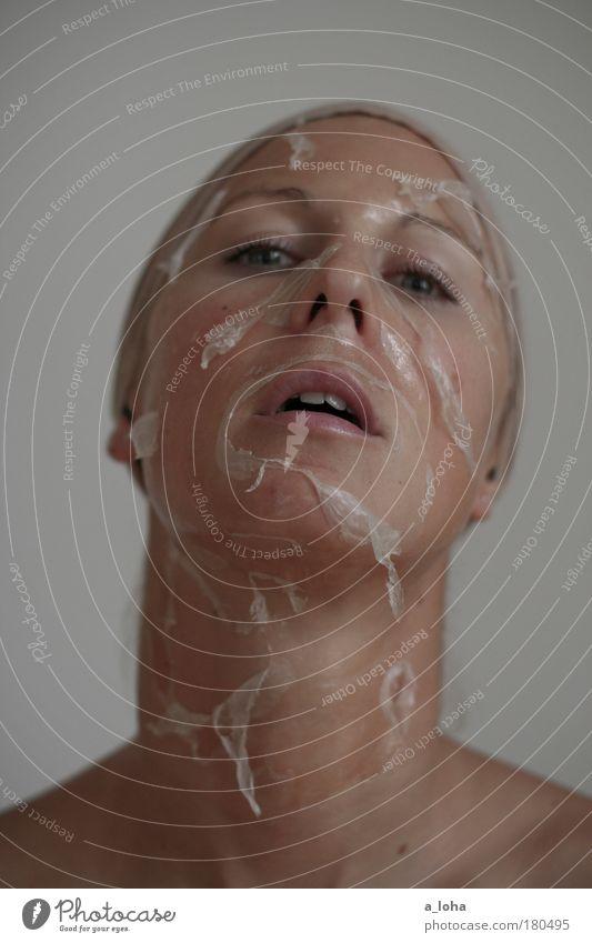 metamorphose 2.0 Gedeckte Farben Innenaufnahme Tag Schwache Tiefenschärfe Porträt Blick in die Kamera Körperpflege Haut Gesicht Kosmetik Maske Leben feminin