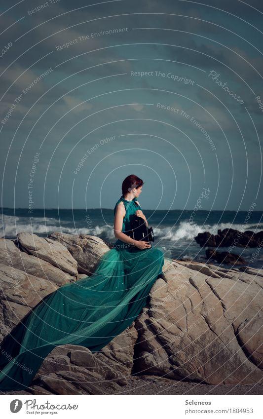 Meeresglimmen Mensch Frau Himmel Natur Wolken Ferne Strand Erwachsene Umwelt natürlich Küste feminin Freiheit Felsen Horizont