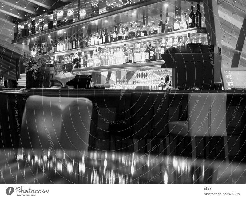 bar Bar Spiegel Tisch Ernährung Flasche Glas Stuhl Schwarzweißfoto