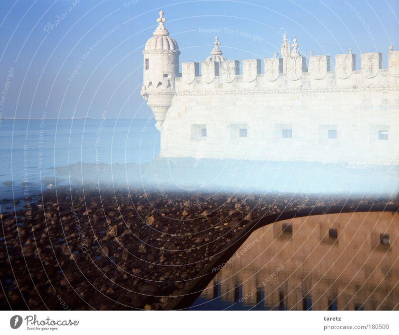 Turm im Licht blau alt Wasser weiß Wand Küste Mauer Stein träumen hell außergewöhnlich Fluss fantastisch historisch Schifffahrt Wahrzeichen