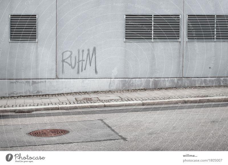 Monotonie trotz Ruhm Hauswand Wand Straße Bürgersteig Gully Schriftzeichen Graffiti grau trist Image Lüftungsklappe Neigung Karriere Erfolg Wort ansteigend