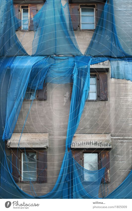 kaputtes blaues Gerüstnetz an alter Fabrik II Fenster Wand Gebäude Mauer grau Baustelle Schutz Sicherheit graphisch Netz Verfall Fensterfront Netzsicherheit