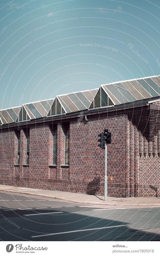 herbst in der stadt ,-) Industrieanlage Fabrik Bauwerk Gebäude Architektur Straße Straßenkreuzung Ampel Bürgersteig Stadt Sonne Schönes Wetter Menschenleer