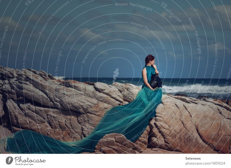 Meeresleuchten Abenteuer Ferne Freiheit Sommer Sonnenbad Strand Wellen Mensch feminin Frau Erwachsene 1 Umwelt Natur Himmel Wolken Horizont Felsen Küste Kleid