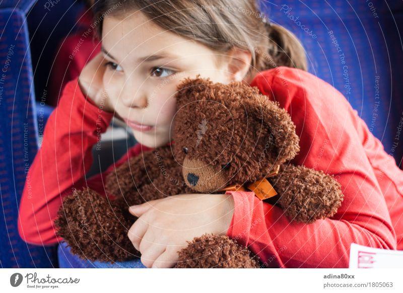 Was denkt wohl der Bär? Kindererziehung Bildung Kindergarten Mädchen Teddybär träumen Traurigkeit Umarmen trist Gefühle Stimmung Zusammensein Mitgefühl