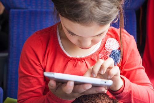 Konzentriert Mädchen Spielen Schule Freizeit & Hobby Kindheit Kommunizieren Technik & Technologie Zukunft lernen Wandel & Veränderung lesen Neugier Netzwerk