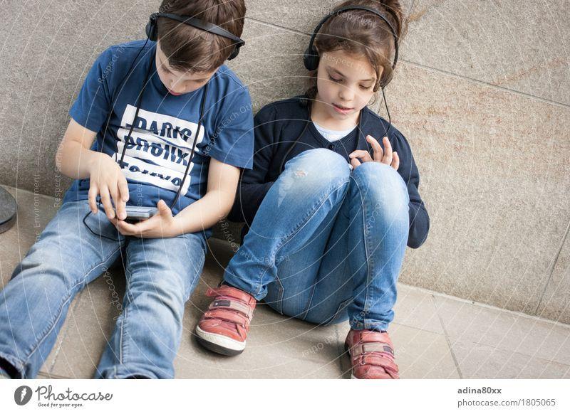 Neugier, Medien, Kindheit Freizeit & Hobby Kindererziehung Bildung Wissenschaften Schule lernen Schüler sprechen Headset Fortschritt Zukunft Geschwister Leben
