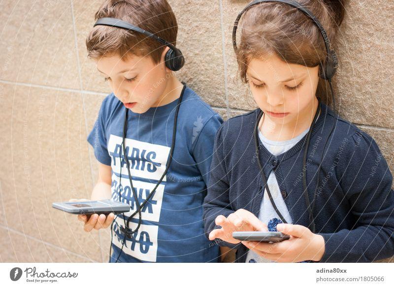 Audioguide Kindererziehung Bildung Wissenschaften Schule lernen Schüler Erfolg sprechen Team Headset Geschwister Familie & Verwandtschaft Freundschaft Kindheit