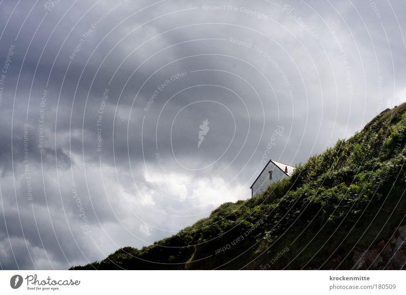 Und am Ende der Straße steht ein Haus am Meer Himmel Meer grün ruhig Haus Wolken Einsamkeit Wand grau Mauer Gebäude Küste Felsen Fassade Aussicht Sträucher