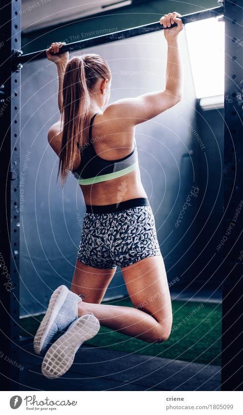 Starkes und passendes Mädchen, das Klimmzug auf Stange in der Turnhalle tut Mensch Frau Jugendliche Junge Frau Erwachsene Lifestyle Sport Gesundheit
