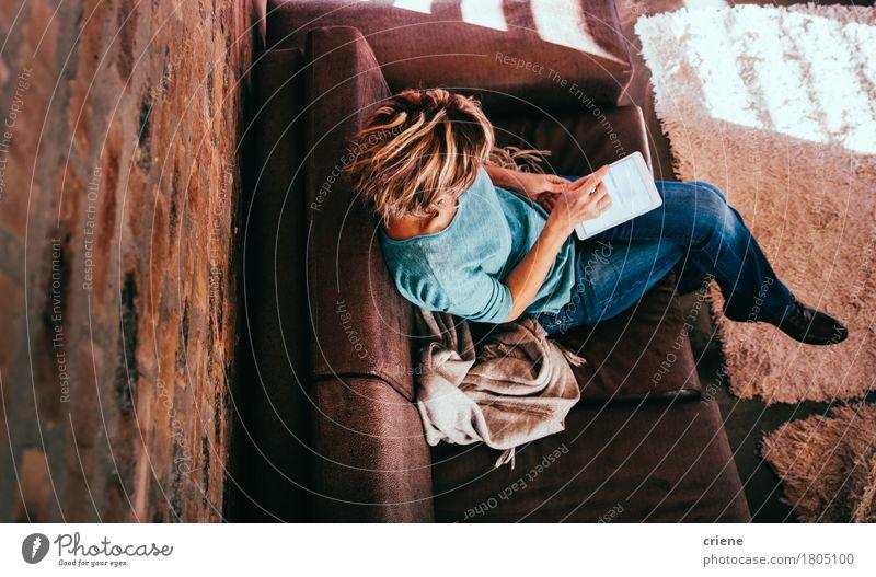 Hohe Winkelsicht der Frau, die digitale Tablette verwendet Haus Senior Lifestyle Business Arbeit & Erwerbstätigkeit Häusliches Leben Büro modern Kommunizieren