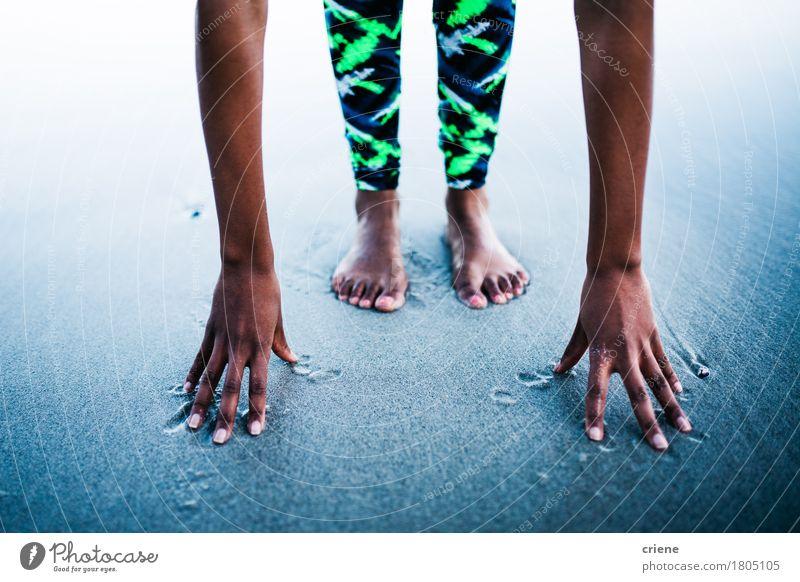 Nahaufnahme der Frau ihre Muskeln nach Yoga ausdehnend Mensch Jugendliche blau Junge Frau Hand Erholung Strand 18-30 Jahre Erwachsene Lifestyle Sport feminin