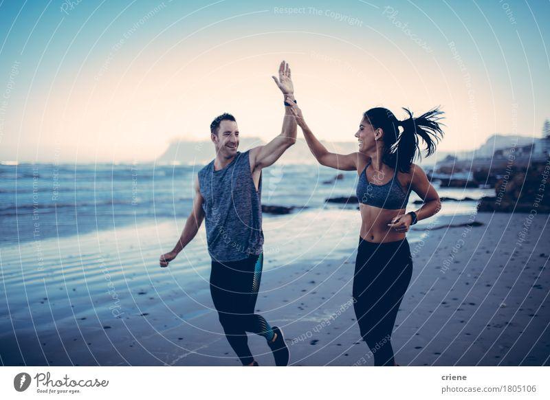 Geeignete Paare, die sich Hoch fünf geben Mensch Jugendliche Junge Frau Junger Mann Meer Strand 18-30 Jahre Erwachsene Lifestyle Sport Gesundheit Glück