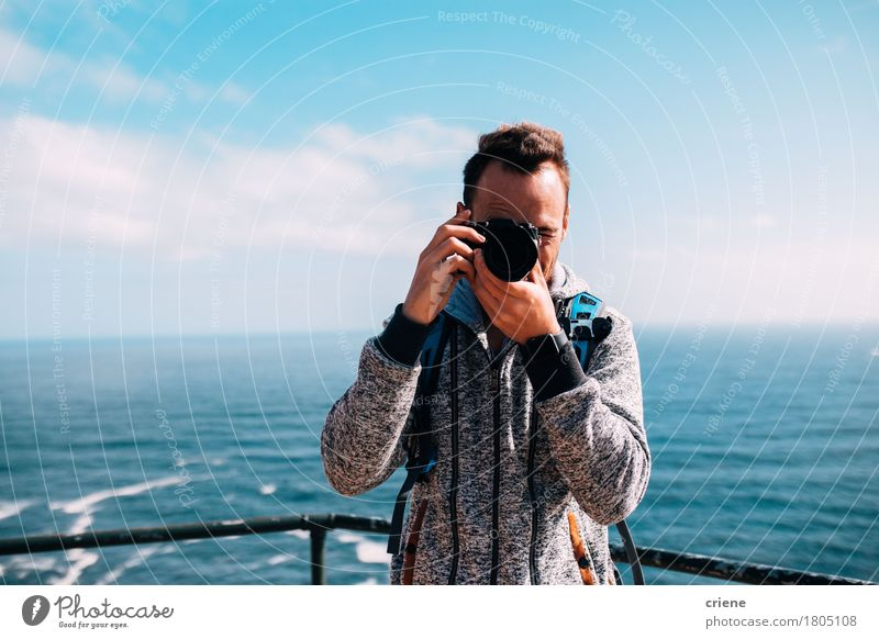 Mann, der Foto mit Weinlesekamera am Feiertag macht Mensch Ferien & Urlaub & Reisen Jugendliche blau Sommer Junger Mann Meer Strand 18-30 Jahre Erwachsene