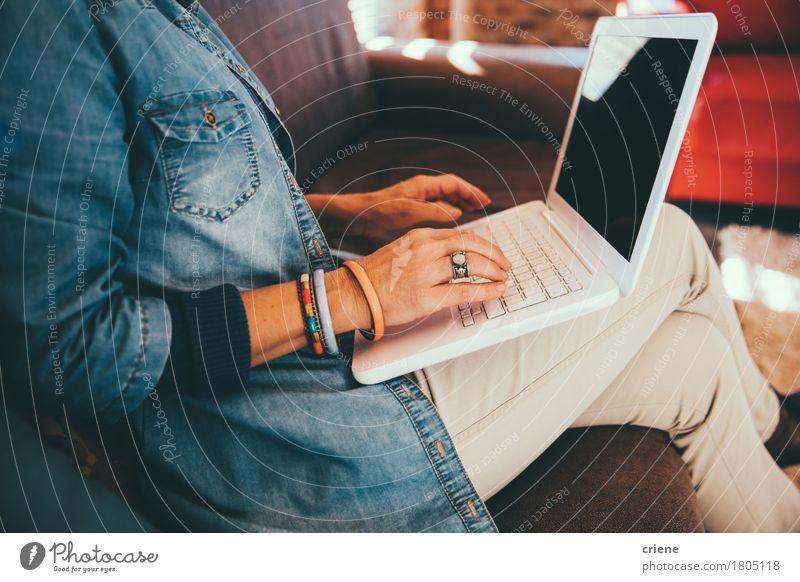 Mensch Frau Hand Haus Erwachsene Lifestyle Business Arbeit & Erwerbstätigkeit Büro modern Technik & Technologie Computer Liege Internet Sofa Schmuck
