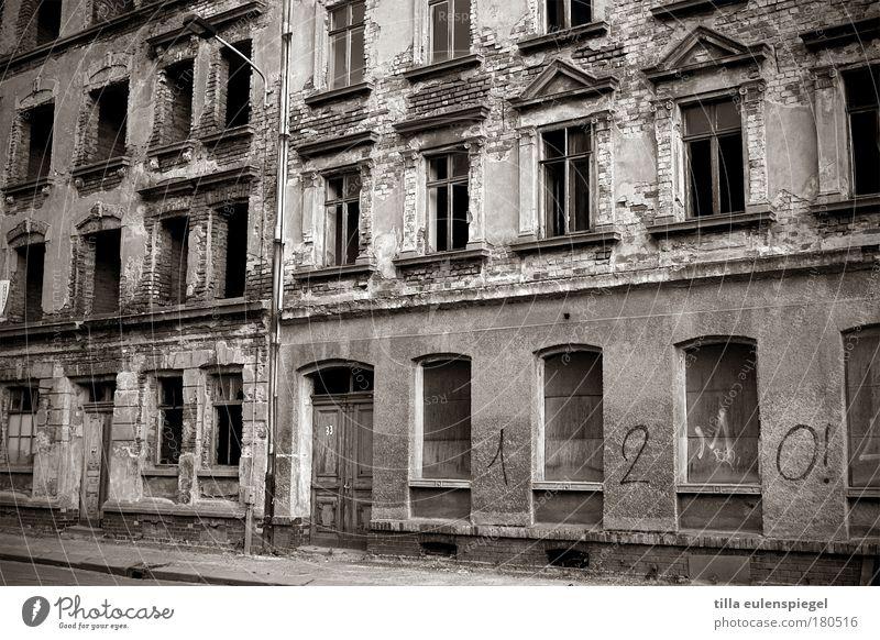 (n)ostalgie alt Stadt Haus dunkel kalt Fenster Stein Gebäude Graffiti Tür Fassade trist kaputt Ende bedrohlich Wandel & Veränderung