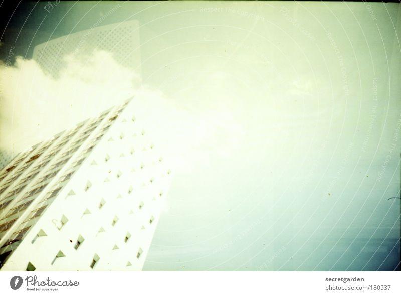 hochhaus hoch hinaus. Himmel blau weiß grün Sommer Wolken kalt Architektur Stil Fassade elegant hoch groß Hochhaus Perspektive leuchten