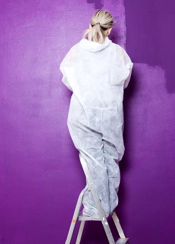 schöner wohnen Farbfoto Innenaufnahme Blitzlichtaufnahme Starke Tiefenschärfe Wohnung einrichten Mensch feminin Arbeitsbekleidung blond langhaarig