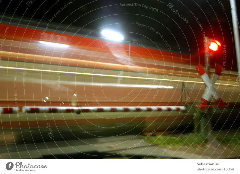 Bahnübergang mit Zug Ampel Schranke Gleise Eisenbahn Verkehr Andreaskruez