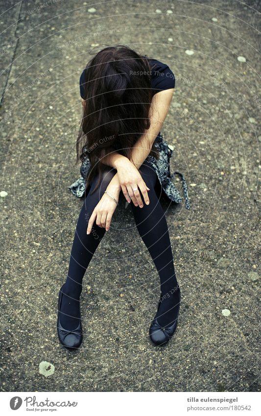 . Mensch Jugendliche ruhig Erwachsene Einsamkeit Herbst feminin dunkel grau Haare & Frisuren Traurigkeit Frau sitzen warten Beton Trauer