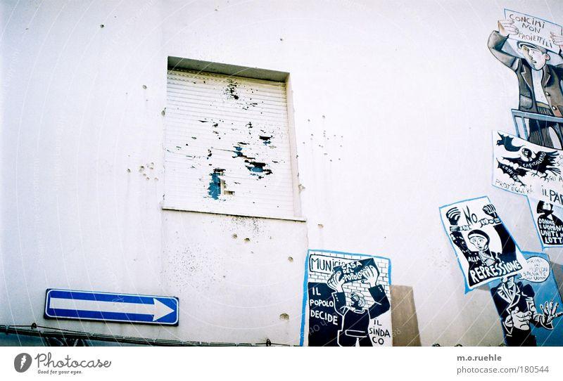 Orgosolo weiß blau Wand Kunst Fassade Zeichen Gemälde historisch Grafik u. Illustration Loch Aggression Italien Kunstwerk protestieren Sardinien