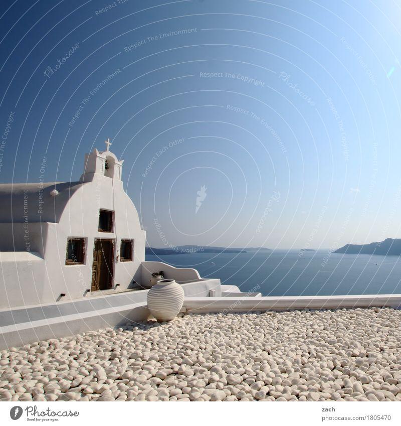 Blick übern Tellerrand Wolkenloser Himmel Schönes Wetter Hügel Küste Meer Mittelmeer Ägäis Insel Kykladen Santorin Thira Caldera Oia Griechenland Dorf Altstadt
