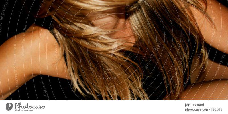 Mensch Jugendliche schön Freude Erwachsene Erholung Leben feminin Bewegung Haare & Frisuren springen blond gold Arme Haut wild