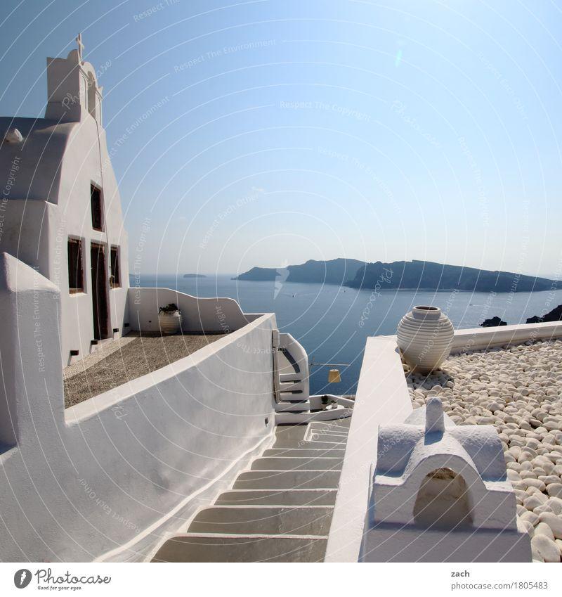 Blick übern Tellerrand Wolkenloser Himmel Schönes Wetter Hügel Küste Meer Mittelmeer Ägäis Insel Kykladen Santorin Thirassia Caldera Oia Griechenland Dorf