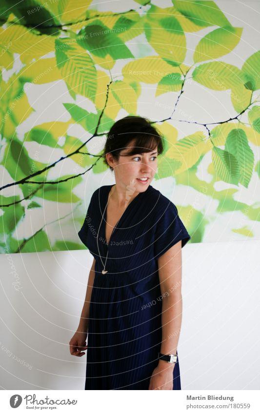 the look Stil Design feminin Junge Frau Jugendliche 1 Mensch 18-30 Jahre Erwachsene Kleid Schmuck Halskette Schmuckanhänger entdecken Erholung Blick frisch blau