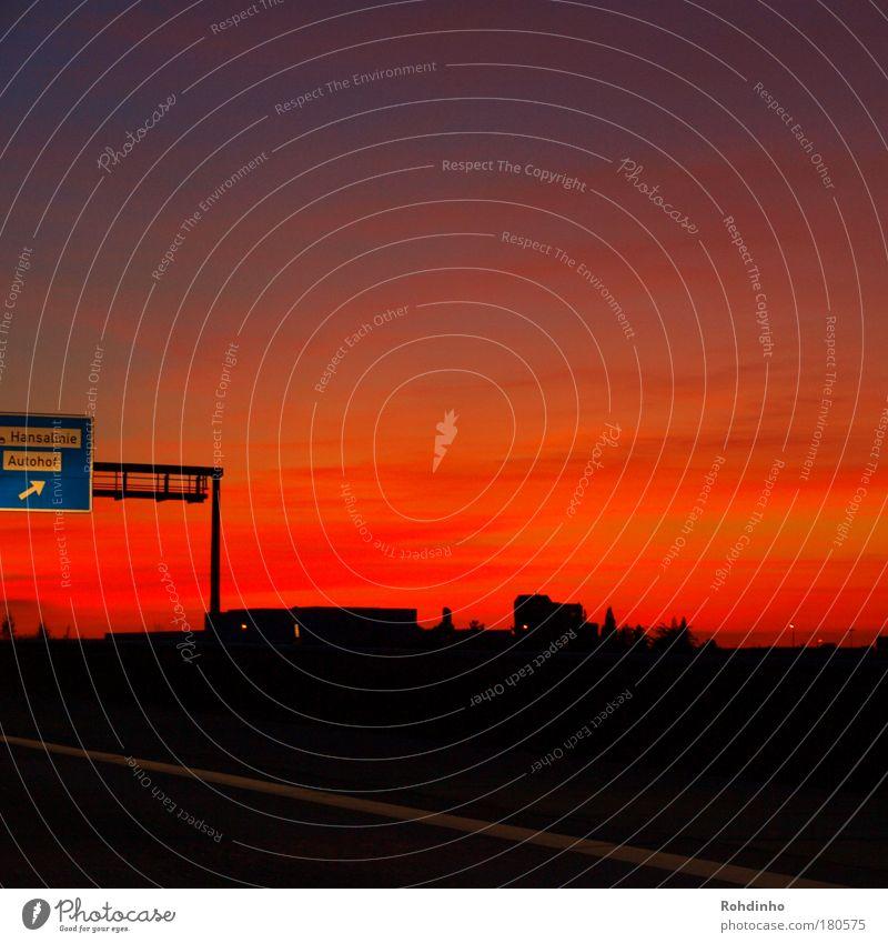 Friedhof der Autotiere Farbfoto mehrfarbig Außenaufnahme Menschenleer Textfreiraum rechts Textfreiraum oben Textfreiraum unten Dämmerung Nacht Sonnenaufgang