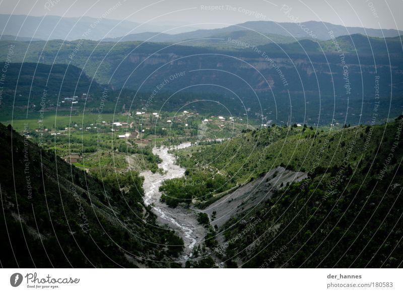 a long and winding river grün Wald kalt Wiese Landschaft elegant Umwelt Felsen Asien wild Hügel Schönes Wetter Schlucht Kirgisistan