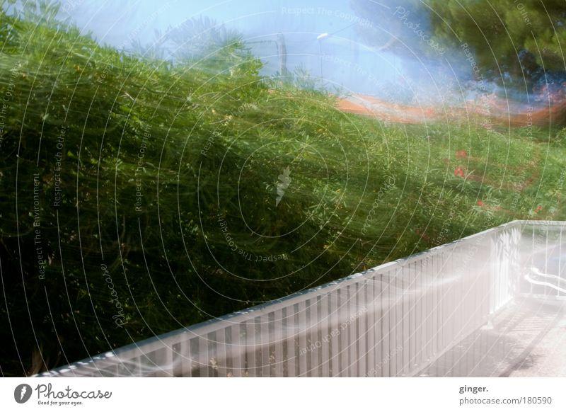 Geläääänder............ Himmel grün weiß Pflanze Sonne Umwelt Bewegung Stimmung Sträucher Geländer lang Textfreiraum Terrasse Gitter Wohnung Ferienwohnung