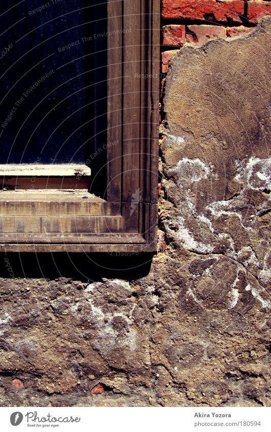 Sanierungsbedürftig alt rot Einsamkeit Haus Fenster Wand Gebäude Mauer Traurigkeit braun Fassade Wandel & Veränderung Häusliches Leben Vergänglichkeit Ende