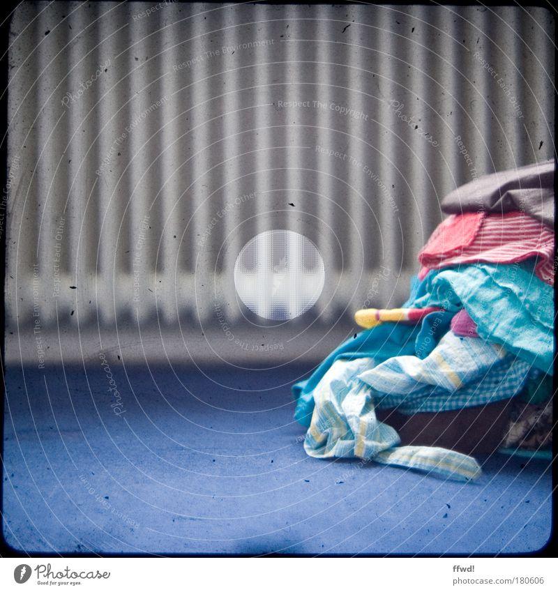 Bügelfreie Zone Farbfoto Innenaufnahme Tag Schwache Tiefenschärfe Froschperspektive Häusliches Leben Raum Heizung Heizkörper Bekleidung T-Shirt Hemd Stoff