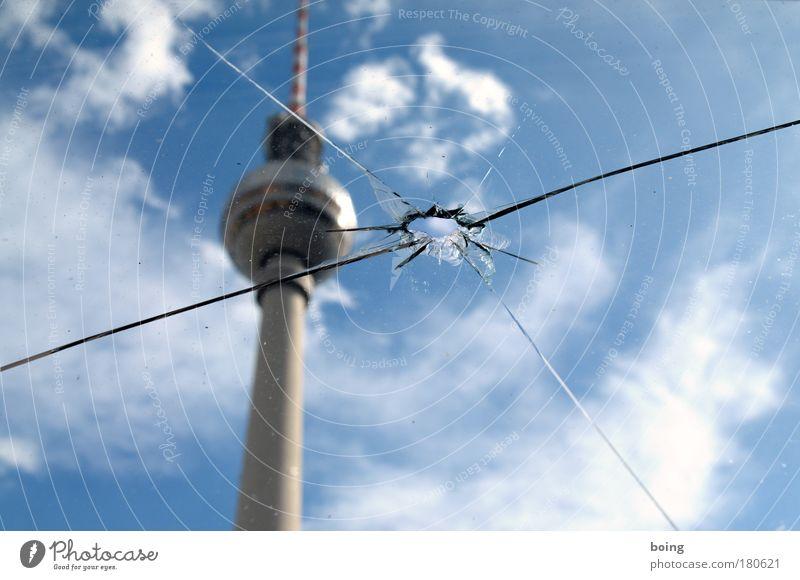 Foto Titel (zwei) springen Berlin Deutschland Europa Fernsehen Turm Medien Loch Radio Wahrzeichen Fensterscheibe Riss Zielscheibe Aggression Berlin-Mitte Berliner Fernsehturm