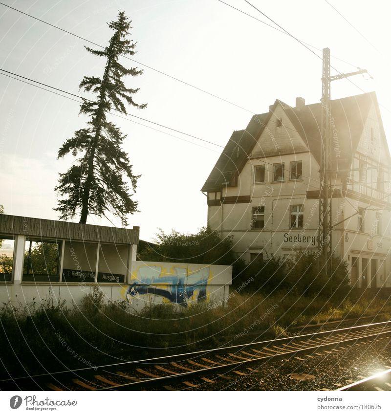 Halt auf allen Unterwegsbahnhöfen Farbfoto Außenaufnahme Detailaufnahme Menschenleer Tag Licht Schatten Kontrast Sonnenlicht Sonnenstrahlen