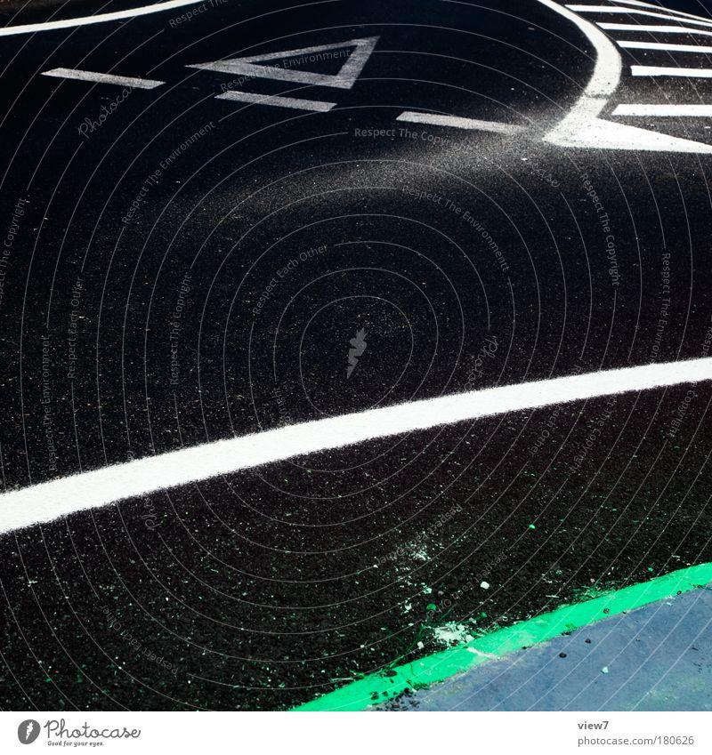 Vorfahrt beachten! Farbfoto Außenaufnahme Detailaufnahme Menschenleer Textfreiraum links Licht Starke Tiefenschärfe Vogelperspektive Verkehr Verkehrswege Straße