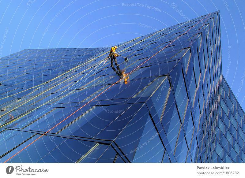 Frühjahrsputz Mensch Mann Stadt blau Erwachsene Architektur Gebäude Deutschland Fassade Arbeit & Erwerbstätigkeit maskulin Körper Hochhaus Glas Europa